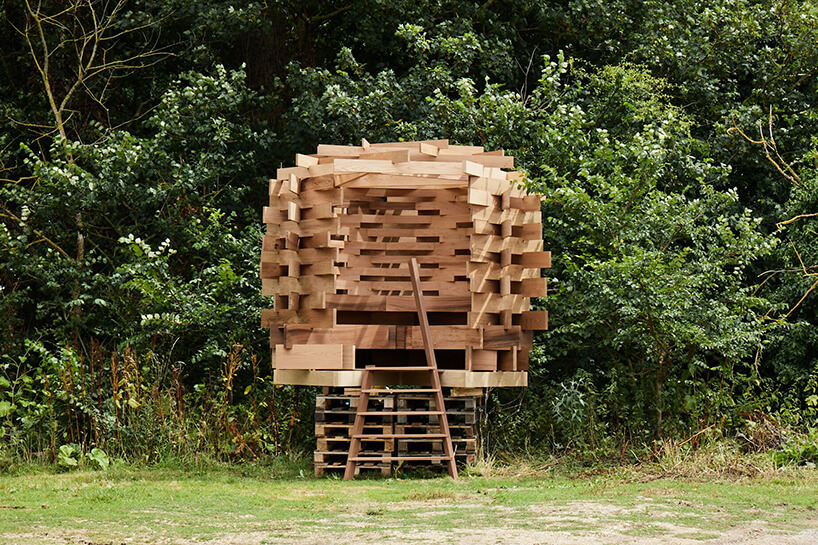 wyjątkowa ławka od The Nest wkształcie gniazda stojąca wogrodzie