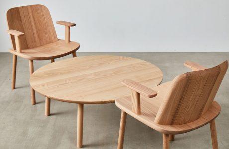 dwa całkowicie drewniane fotele przy niskim okrągłym stoliku