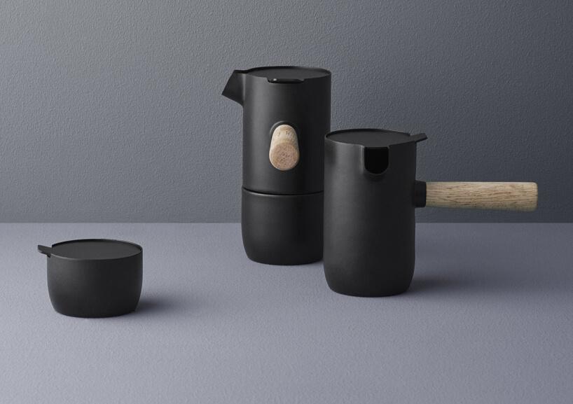 elegancka ciemna kawiarka Collar od Stelton na szarym blacie