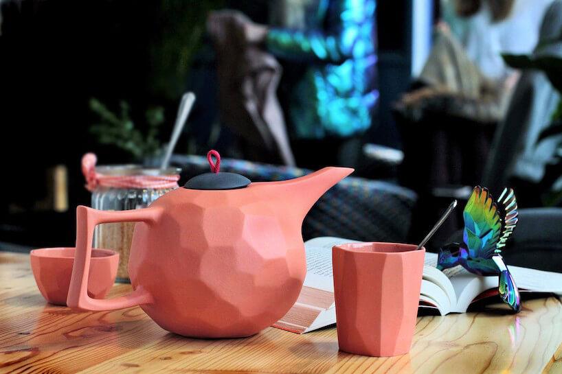wyjątkowy różowy zestaw Limbo projektu Modus Design na stole zdrewnianym blatem