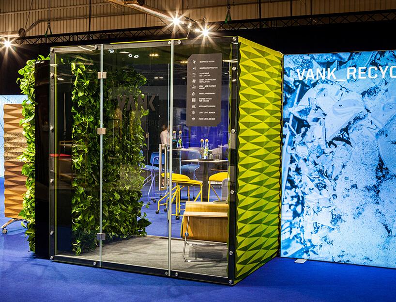 zielony box akustyczny VANK_WALL_JUNGLE zzieloną ścianą wśrodku