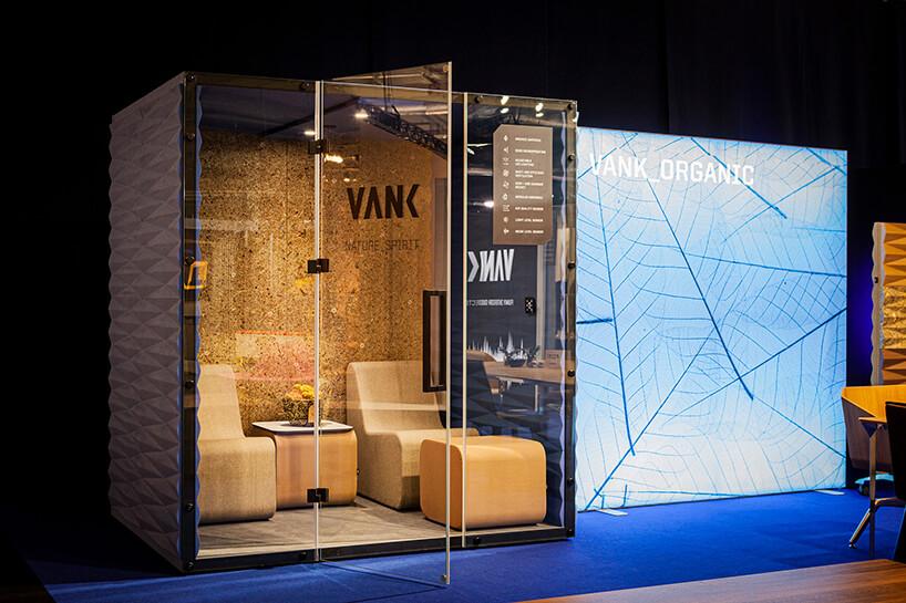 brązowy box akustyczny VANK_WALL_ORGANIC zkorkowym wnętrzem dwoma krzesłami pufa imałym stolikiem podczas Warsaw Home 2019