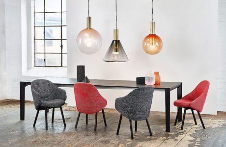 zbiór krzeseł przy stole z nowoczesnymi lampami