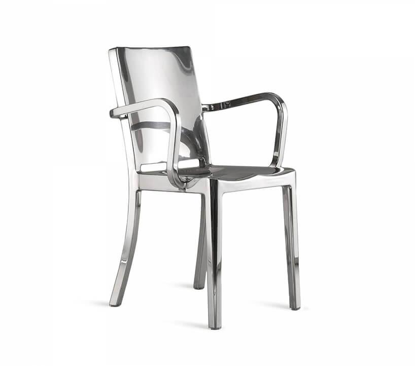 błyszczące aluminiowe krzesło