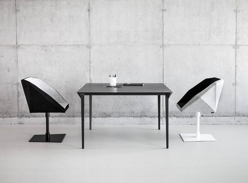 metalowy stół zdwoma krzesłami na jednej nodze