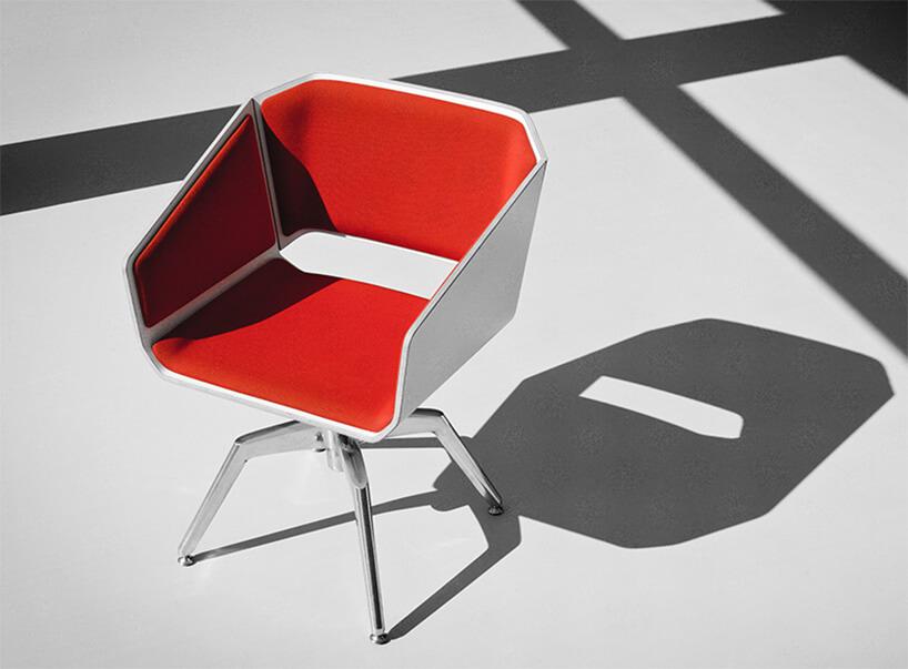 czerwono-biały fotel na 4 srebrnych nogach