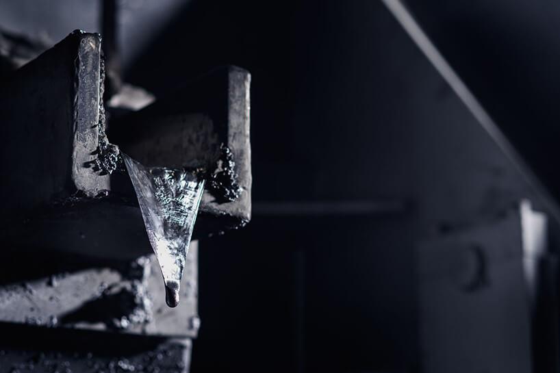 sączące się płynne aluminium