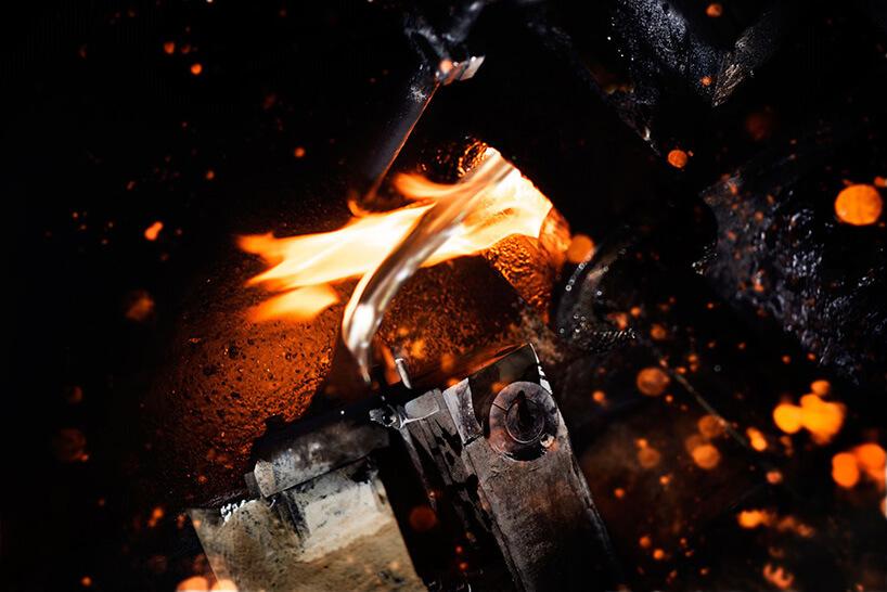 wypływające płynne aluminium wotoczeniu ognia