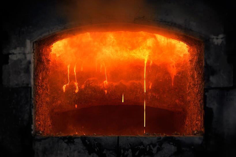 płonący metal wkotle odlewni