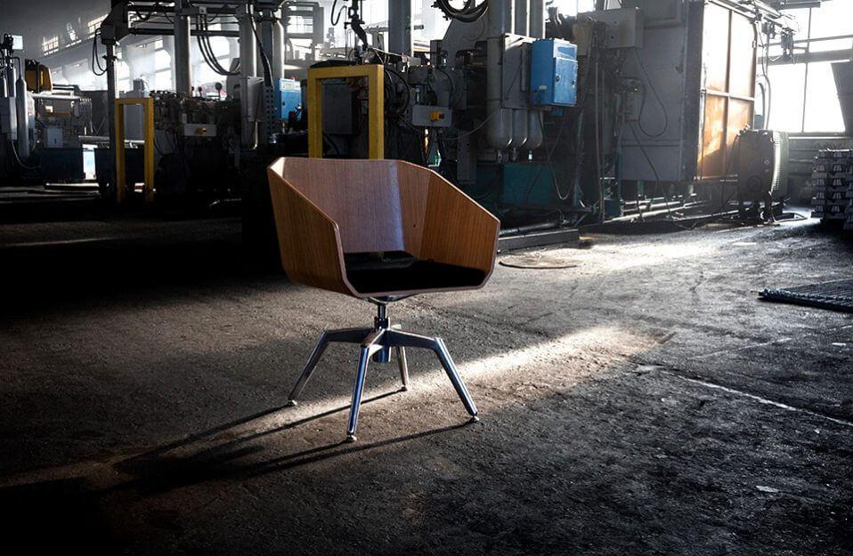 krzesło z drewnianym siedziskiem stojące w odlewni