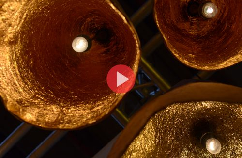 lampy wiszące ze złotym odbłyśnikiem wewnątrz