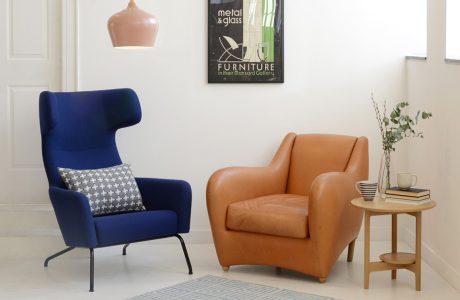 granatowy i pomarańczowy fotel w beżowym wnętrzu
