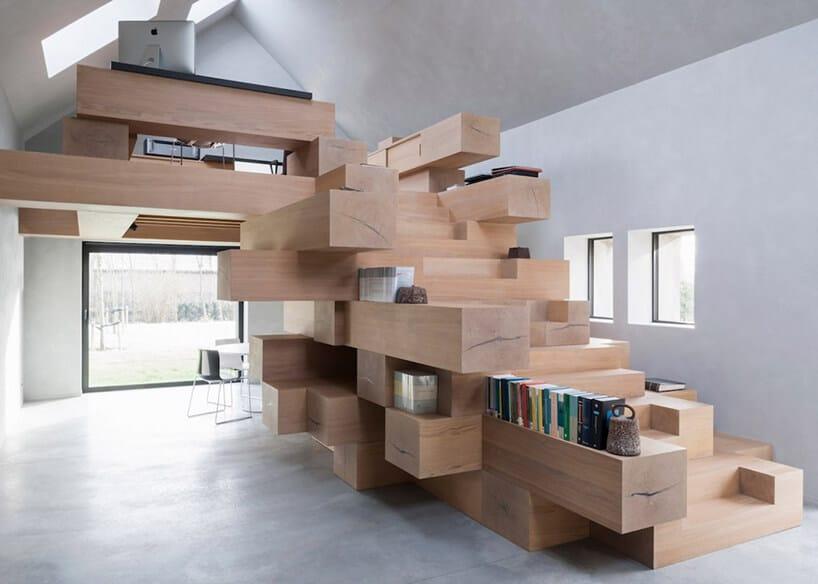 pomieszczenie zmeblem zdrewnianymi boxami połączonymi ze sobą oraz antresolą