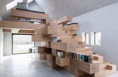 pomieszczenie z meblem z drewnianymi boxami połączonymi ze sobą oraz antresolą