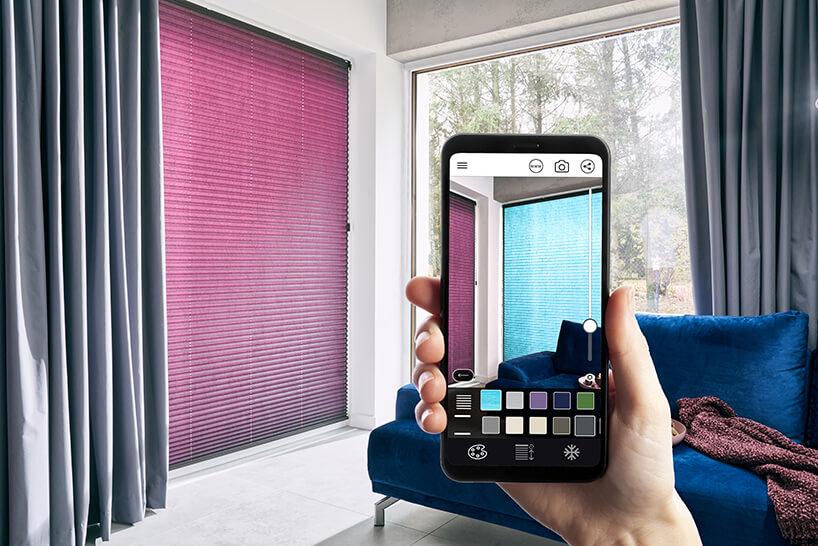 aplikacja do wirtualnej aranżacji okien Anwis Home podczas wizualizacji niebieskiej żaluzji na smartphonie