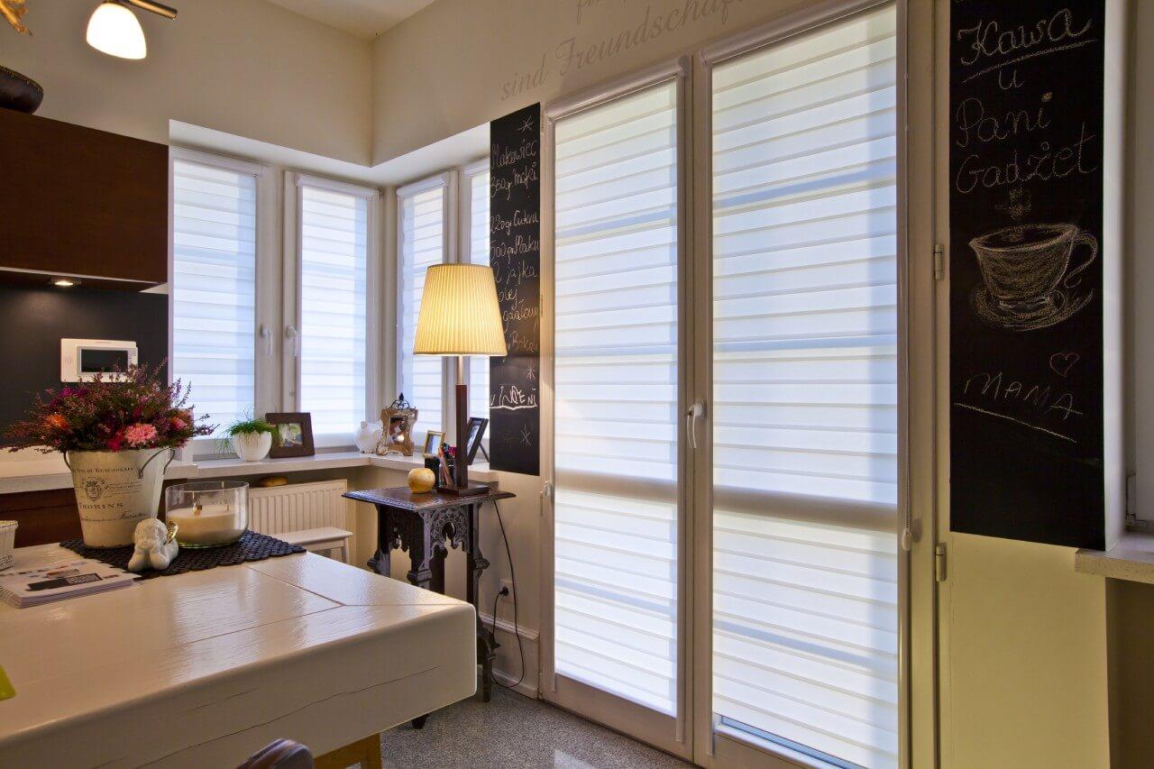 pokój zlampą imeblami rolety okienne wewnętrzne