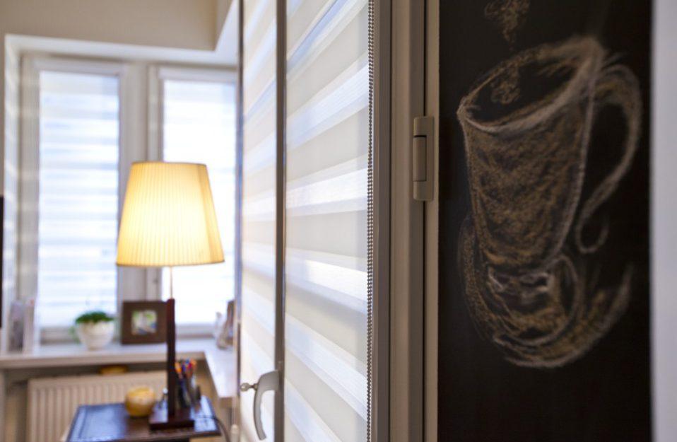 roleta wewnętrzna dzień noc anwis we wnętrzu z lampką w tle