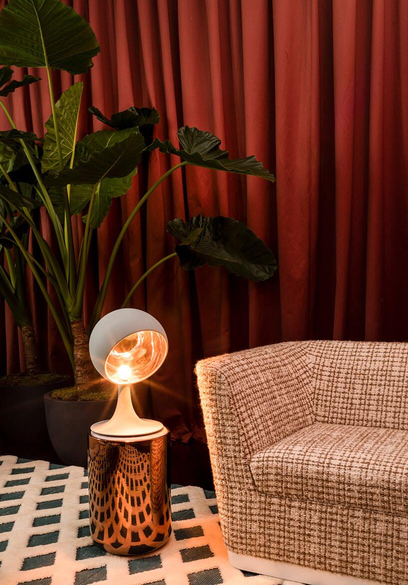 Lampa na miedzianym stoliku