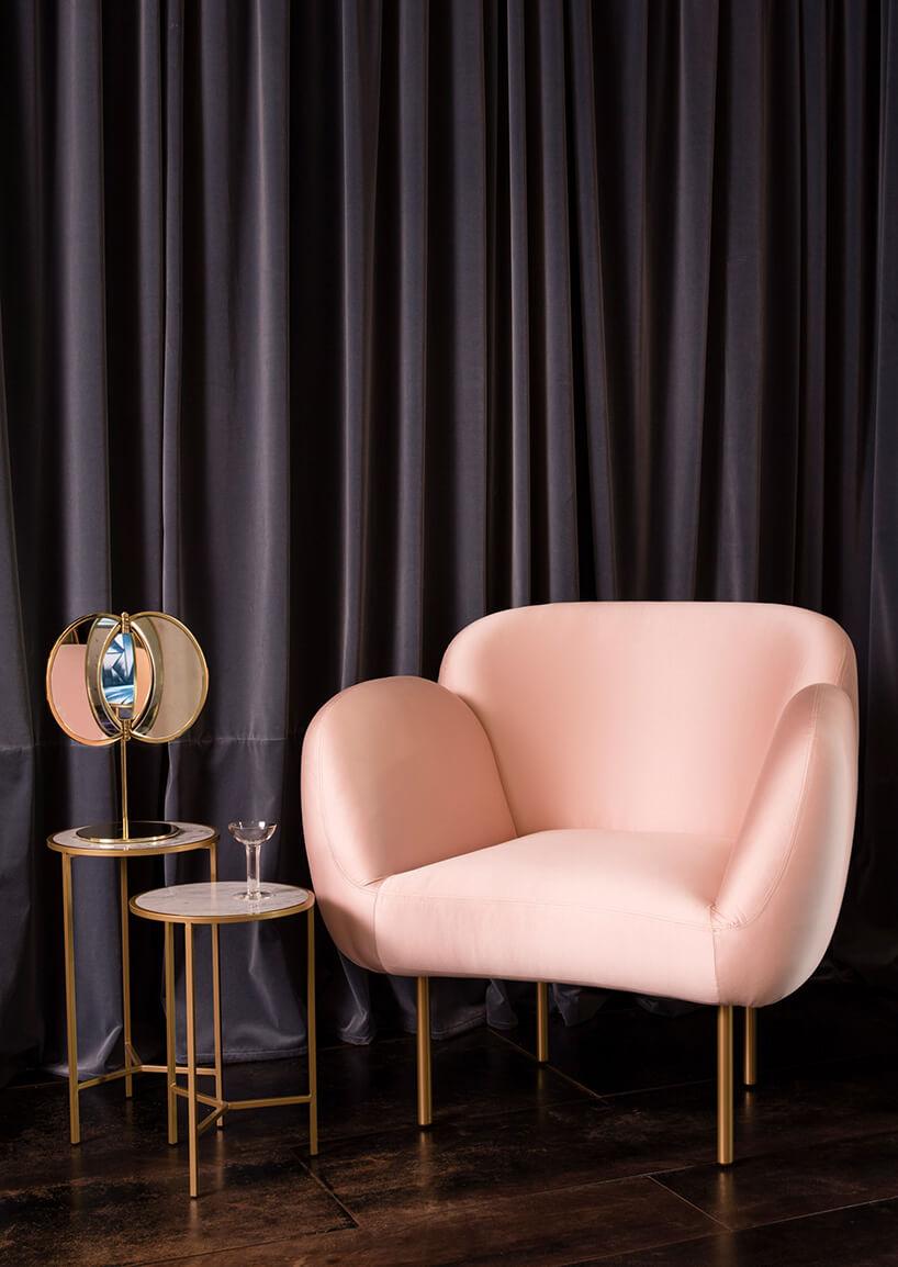 Pudrowe krzesło przed kotarą