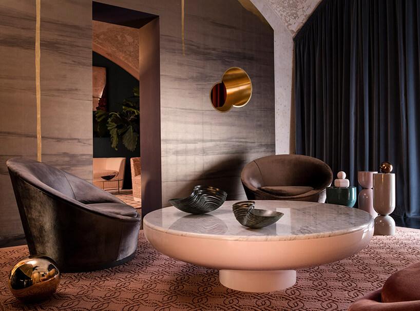 Luksusowy pokój zkamiennymi dekoracjami