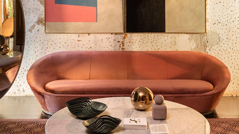 Luksusowa sofa przy kamiennym stole