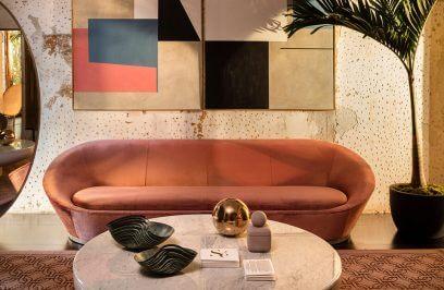 kanapa w pokoju w stylu glamour