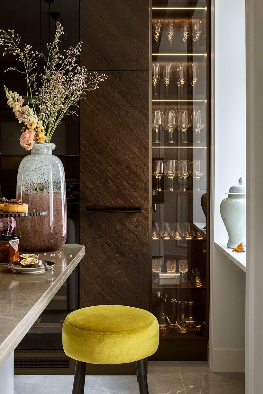 złota szklana porcelana wsłupie za szklanymi drzwiami
