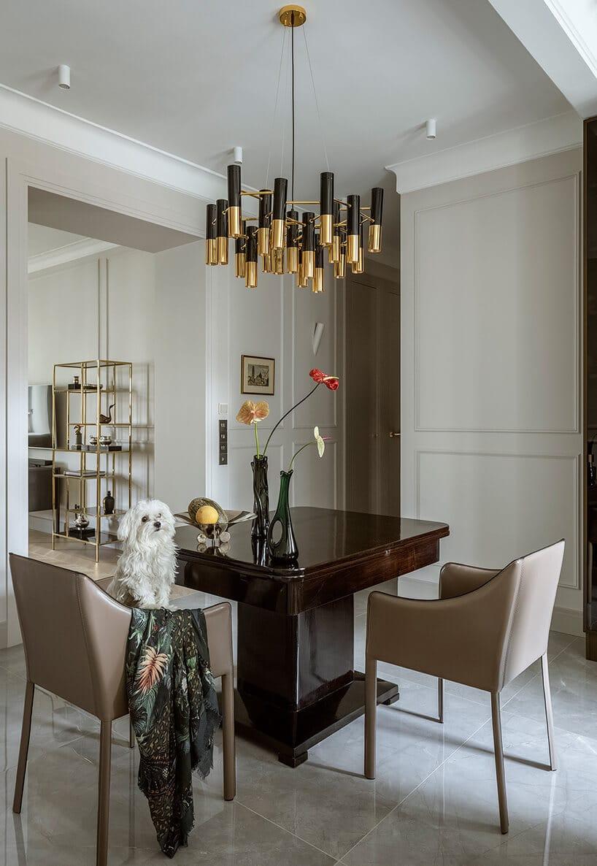 ciemno drewniany stół lakierowany zmateriałowymi krzesłąmi wszarym materiale wjasnej przestrzeni
