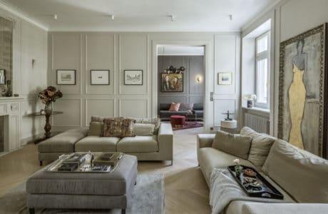 duże przestronne wnętrze w jasnej oliwce ze sztukaterią na ścianie
