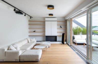 elegancki biały apartament na poddaszu z drewnianymi elementami projektu pracowni Komon Architekti