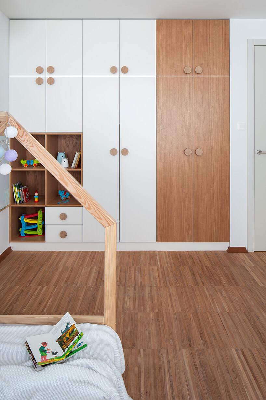 pokój dziecka zzabudową białą zdrewnianymi elementami