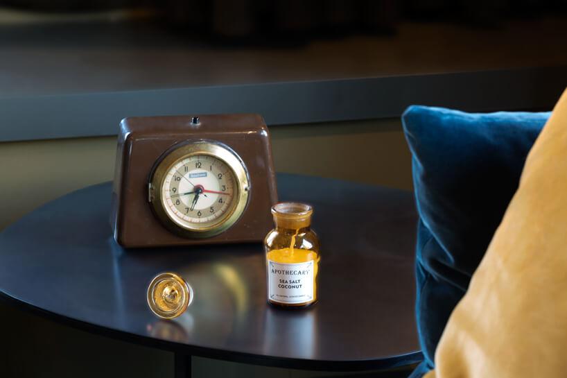 eleganckie wnętrze apartamentu wstylu Bohema od Wnętrza Michała stary brązowy zegar na niebieski stoliku