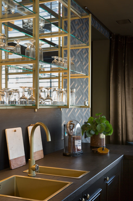 eleganckie wnętrze apartamentu wstylu Bohema od Wnętrza Michała blat kuchenny zdwoma złotymi zlewozmywakami