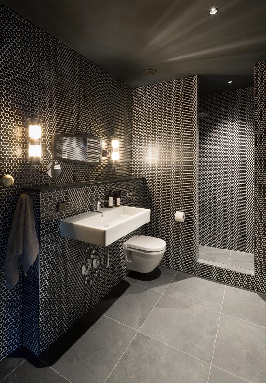 eleganckie wnętrze apartamentu wstylu Bohema od Wnętrza Michała elegancka łazienka zszara podłogą