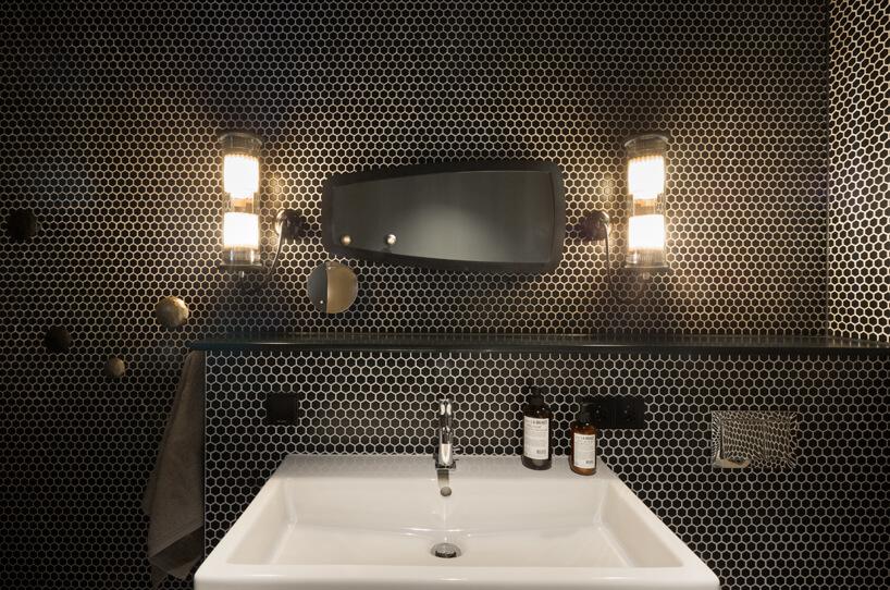eleganckie wnętrze apartamentu wstylu Bohema od Wnętrza Michała ciemna łazienka wczarno złote małe mozaikowe płytki