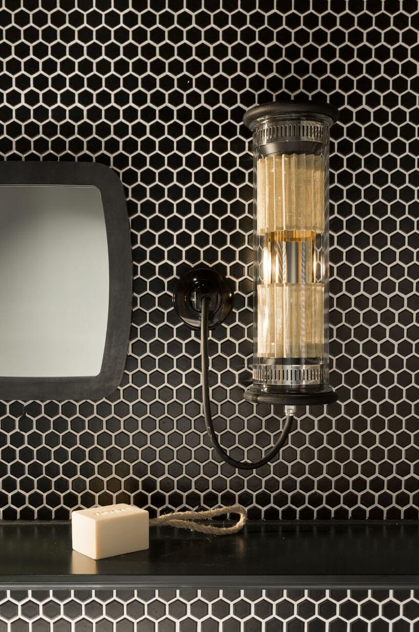 eleganckie wnętrze apartamentu wstylu Bohema od Wnętrza Michała wyjątkowa lampa włazience wczarno złote małe płytki