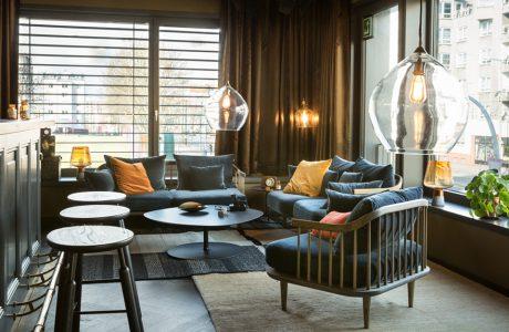 eleganckie wnętrze apartamentu w stylu Bohema od Wnętrza Michała nisko zawieszony lampy z dużymi szklanymi kloszami