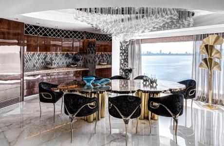 ekskluzywny apartament projektu ZZ Architects jadalnia z wyjątkowym błyszczącym stołem i czarnym krzesłami na trzech nogach