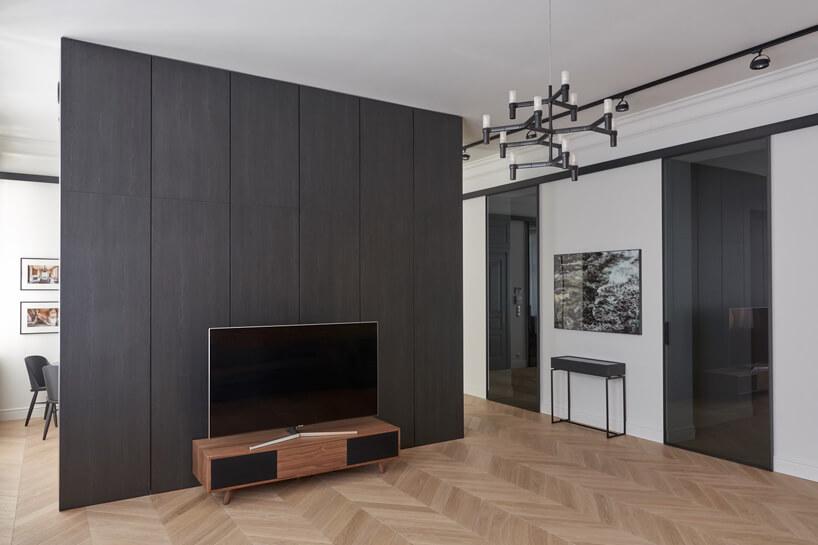 nowoczesne szaro-białe wnętrze apartamentu zdrewnianym parkietem wjodełkę