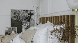 nowoczesne białe wnętrze ze szklanymi panelami oraz zdobieniami na ścianach