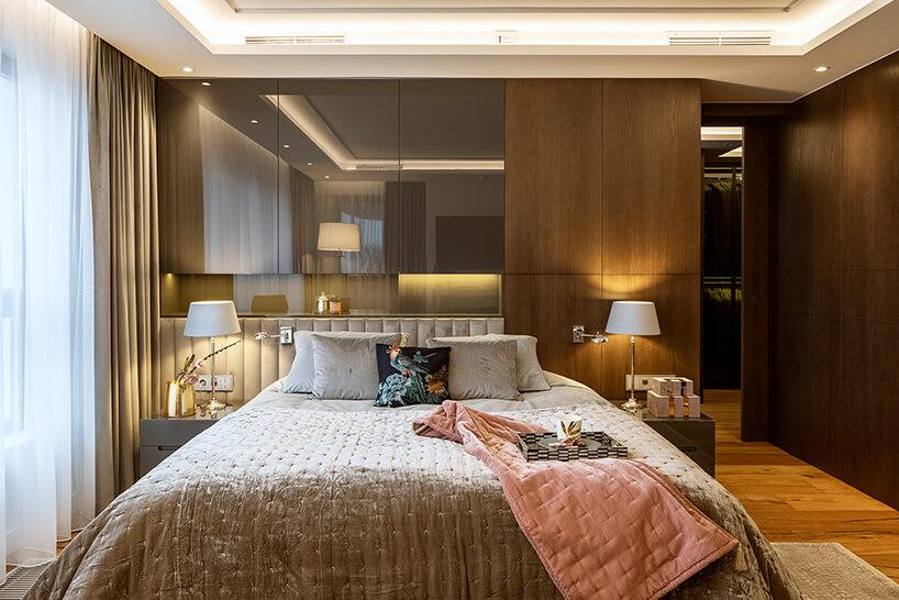 ciemna brązowa sypiania zdrewnianą podłogą idużym łóżkiem