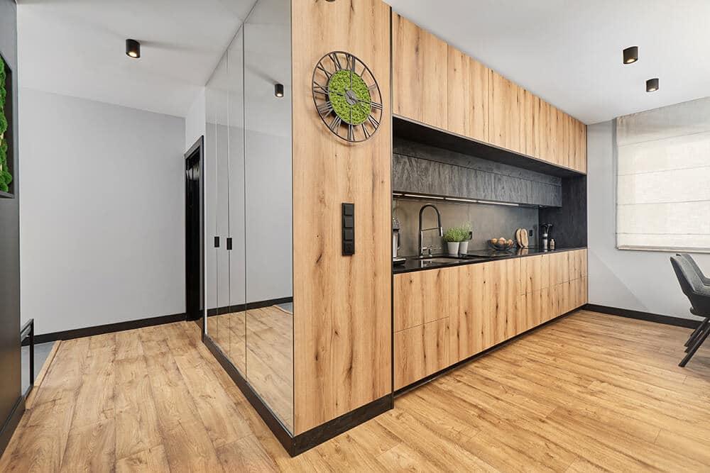 Składa się z: przedpokoju, salonu zaneksem kuchennym ijadalnią, sypialni, łazienki idwóch mniejszych pokoi. Wzakres projektu wchodziły prawie wszystkie pomieszczenia, oprócz małych pokoi, te jeszcze nie mają przeznaczenia.