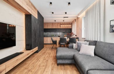 Składa się z: przedpokoju, salonu z aneksem kuchennym i jadalnią, sypialni, łazienki i dwóch mniejszych pokoi. W zakres projektu wchodziły prawie wszystkie pomieszczenia, oprócz małych pokoi, te jeszcze nie mają przeznaczenia.