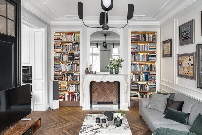 apartament wstylu paryskim zmeblami od Nobonobo zbiałym klasycznymi kominkiem