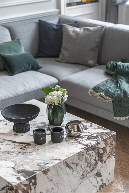 apartament wstylu paryskim zmeblami od Nobonobo mały stolik zkamiennym blatem