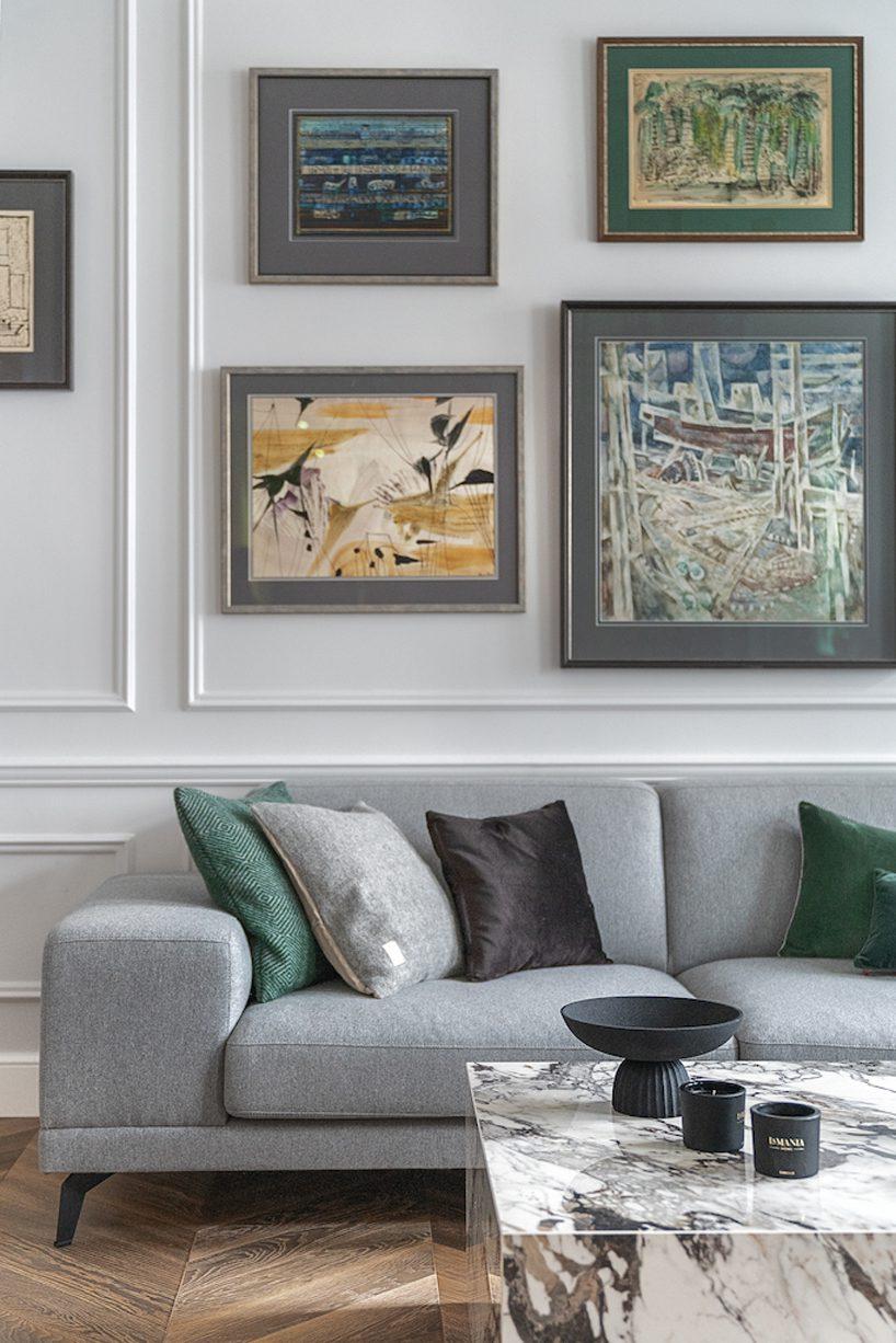 apartament wstylu paryskim zmeblami od Nobonobo szara sofa zpoduszkami