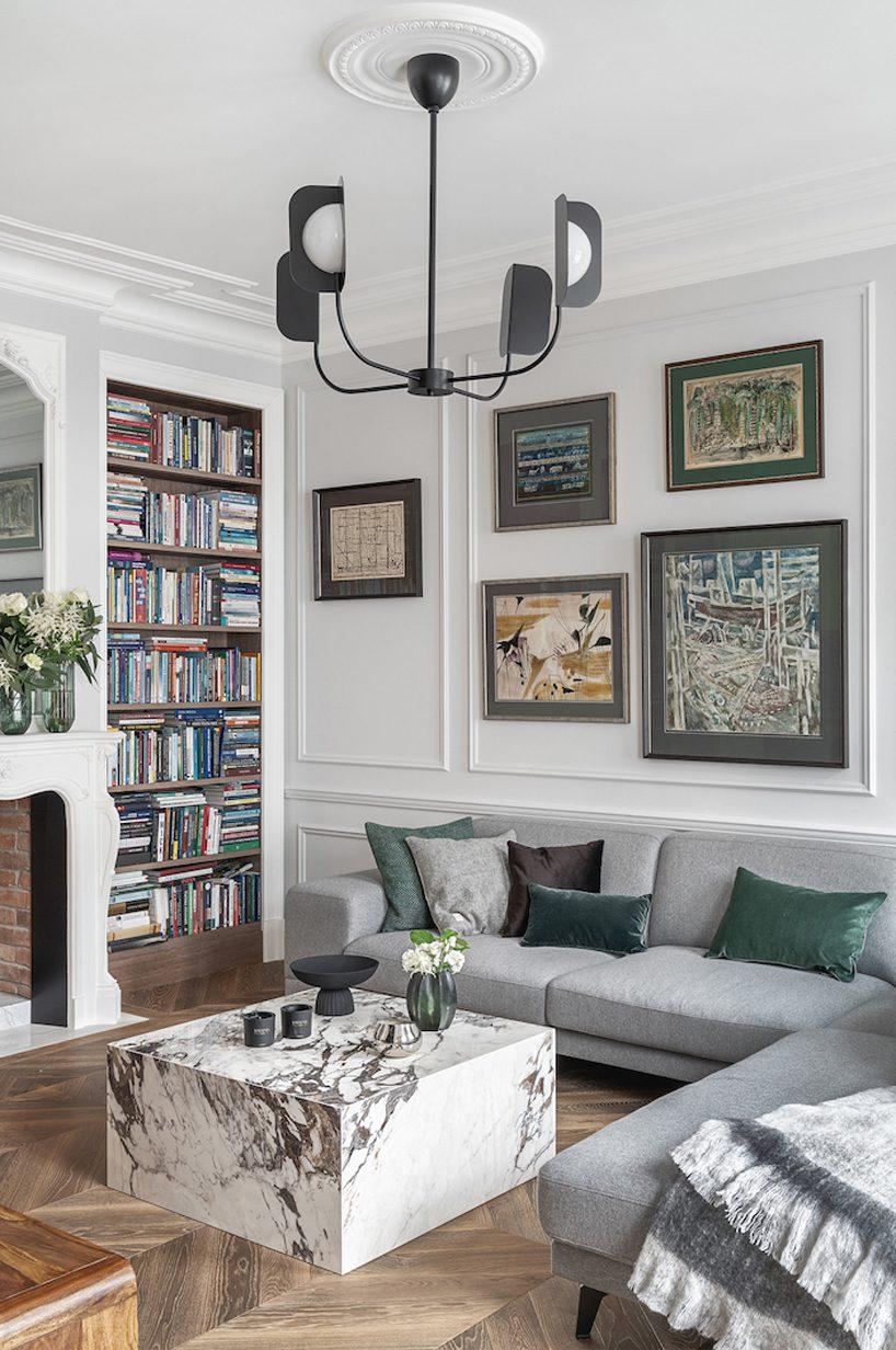 apartament wstylu paryskim zmeblami od Nobonobo biały salon zwieloma obrazami