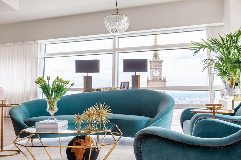 niebieska kanapa ifotel stolik wkrztałcie diamentu na tle big bena