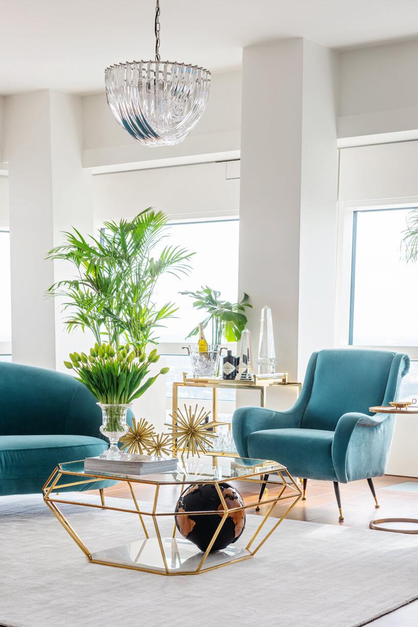niebieska kanapa ifotel stolik wkrztałcie diamentu