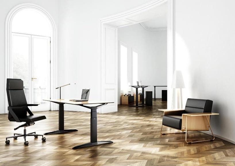 czarne nowoczesne biurko zdrewnianym blatem wbiałym przestronnym wnętrzu